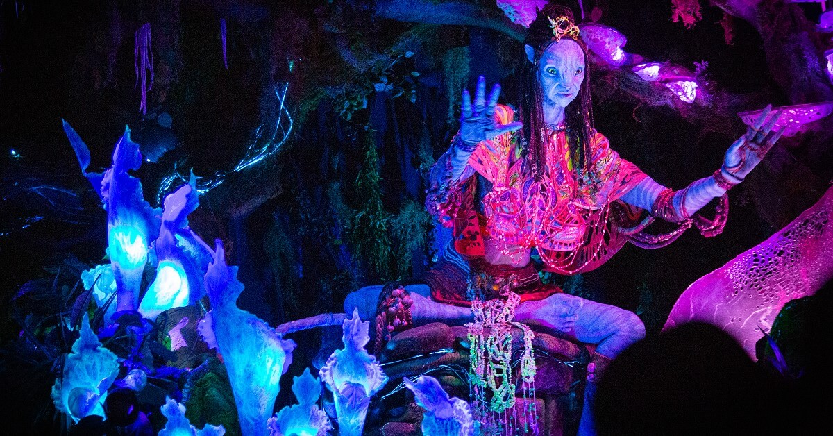 Die Schamanin beim Dark Ride (Themenfahrt) Na'vi River Journey in Pandora - Land of Avatar