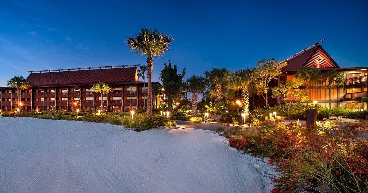 Hotelgebäude am Strand bei Abenddämmerung: Disney's Polynesian Village Resort