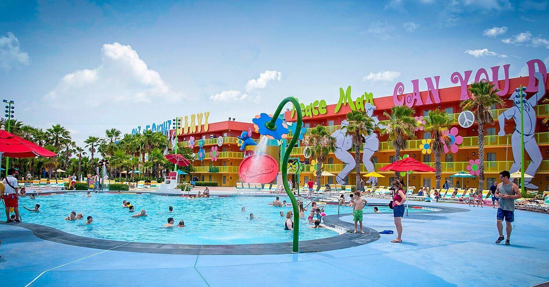 Pool mit Blumendusche in Disney's Pop Century Resort