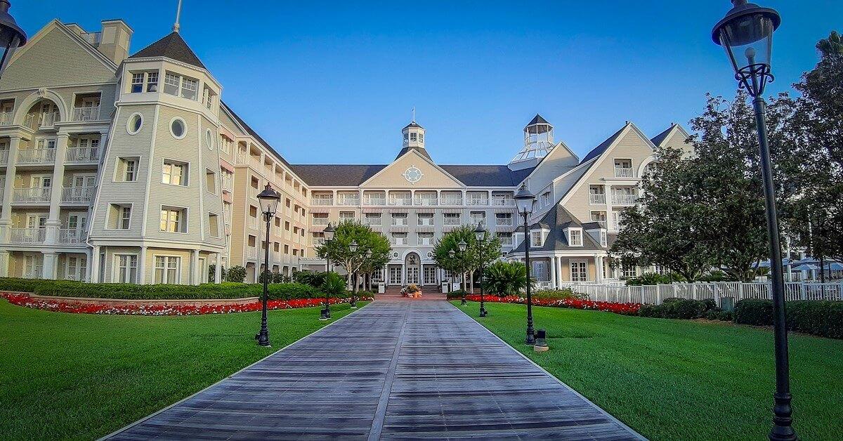 Eingang vom See aus zum Hotel Disney's Yacht Club Resort