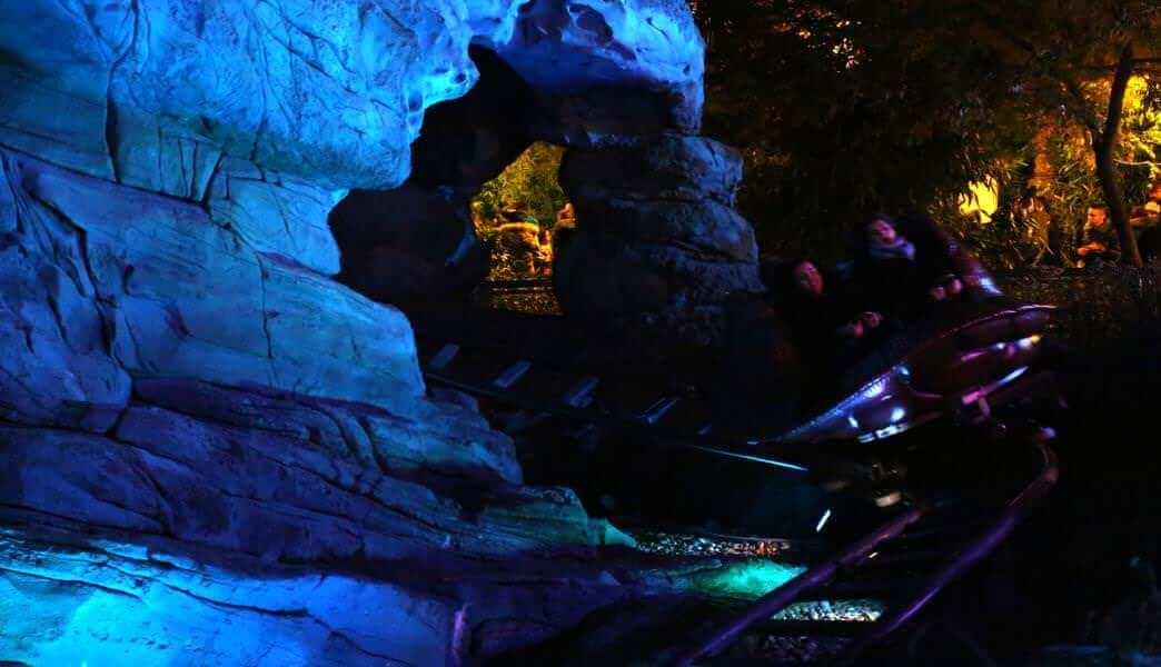 Crush's Coaster - Außenbereich bei Nacht