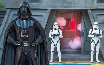 Darth Vader bei der Jedi Training Academy im Disneyland