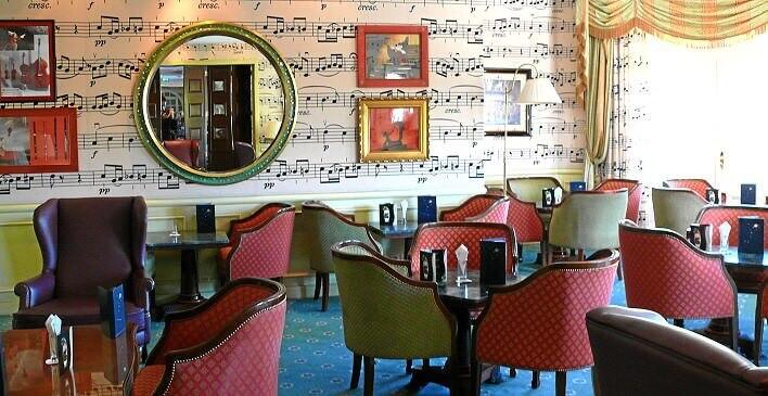 Das Bild zeigt Cafe Fantasia im Disneyland Hotel