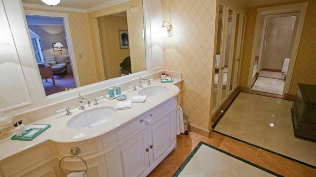 Das großzügige und elegante Badezimmer der Cinderella Suite