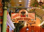 Das Schild Cable Car Bake Shop von der Arkadea aus