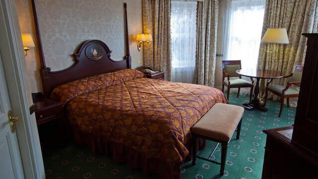 Das Schlafzimmer einer klassischen Junior Suite im Disneyland Hotel