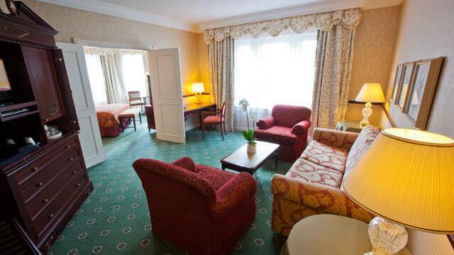 Das Wohnzimmer einer klassischen Junior Suite im Disneyland Hotel