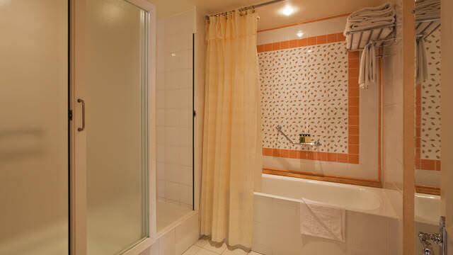 Dusche und Badewanne in der Tinkerbell-Suite