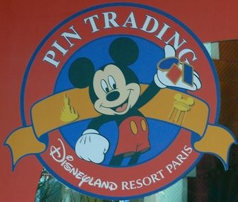 Ein Pin Trading Point im Disneyland Paris