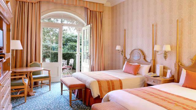 Ein Zimmer mit Terrasse im Disneyland Hotel