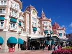 Eingang zum Disneyland Park unterhalb des Disneyland Hotels