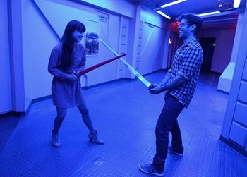 Erwachsene Besucher haben Spaß im Disneyland Park
