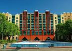 Fassade und Eislaufbahn des Hotels New York im Disneyland