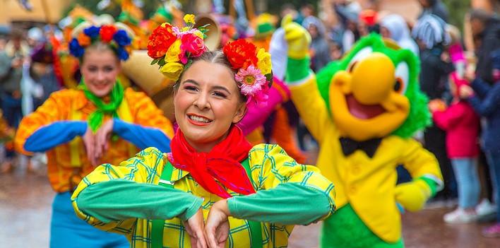 Goofy's Skeletoons Street Party Teaser mit Tänzerin und Jose Carioca