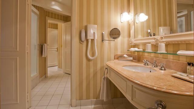 Großzügiges und elegantes Bad in der Junior Suite im Disneyland Hotel