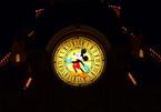 Leuchtende Mickey Mouse Uhr an der Hotelfassade