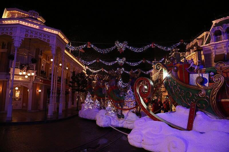 Der Weihnachtsmann mit dem Schlitten auf der Main Street während der Weihnachtszeit im DLP