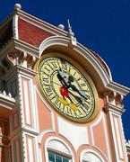 Mickey Mouse-Uhr an der Fassade des Disneyland Hotels Paris