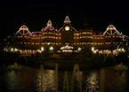 Prächtige Beleuchtung des Disneyland Hotels im Dunkeln