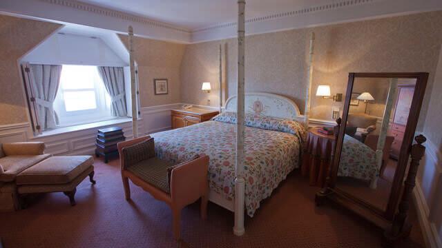 Romantisches Schlafzimmer der Cinderella-Suite im Disneyland Hotel