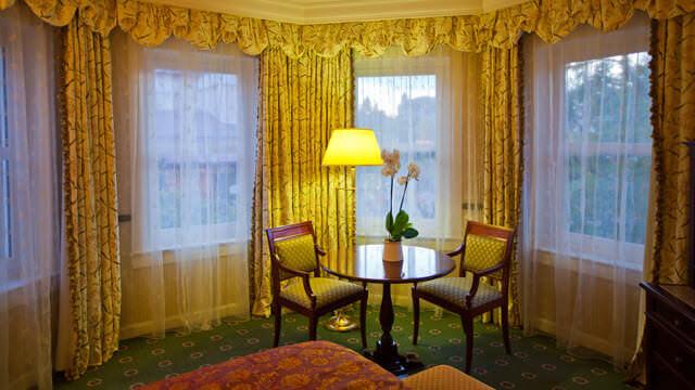 Sitzecke mit großer Fensterfront in einer Junior Suite