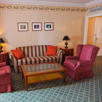 Sofa und Sessel im Wohnbereich der Tinkerbell-Suite