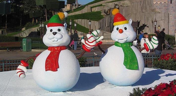 Winterliche Stimmung vor dem Schloss im Disneyland