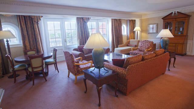 Wohnzimmer der Cinderella Suite mit großzügiger Sitzgruppe und Essplatz