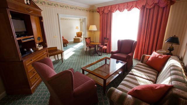 Wohnzimmer mit großer Sitzgruppe der Tinkerbell-Suite im Disneyland Hotel