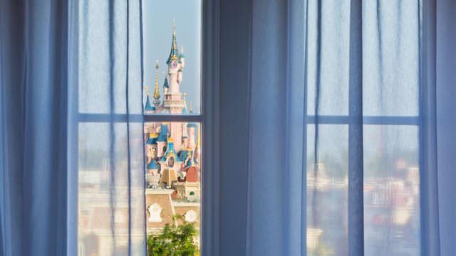 Zimmer im Castle Club mit Blick auf das Disney Märchenschloss
